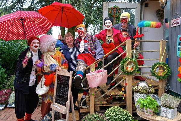 Von links nach rechts: Clown Halunka, Clown Hortensia, Schwester Anne, Clown Anjol, Clown Paula, Clown Agathe (Foto: Carolin Hlawatsch, NOZ)